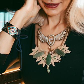 Modny naszyjnik z drogimi kamieniami i perłami