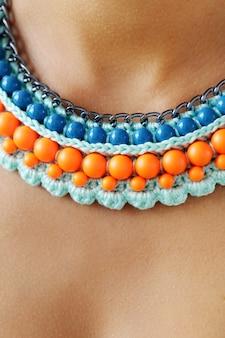 Modny naszyjnik z niebieskich i pomarańczowych koralików