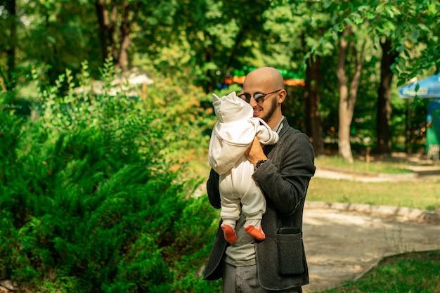 Modny ojciec ze swoją małą córeczką