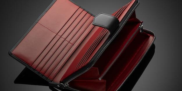 Modny portfel damski z czerwonej skóry na ciemnym tle