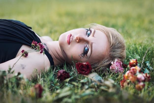 Modny portret płaczącej dziewczyny z suchymi kwiatami. styl retro. nieostrość