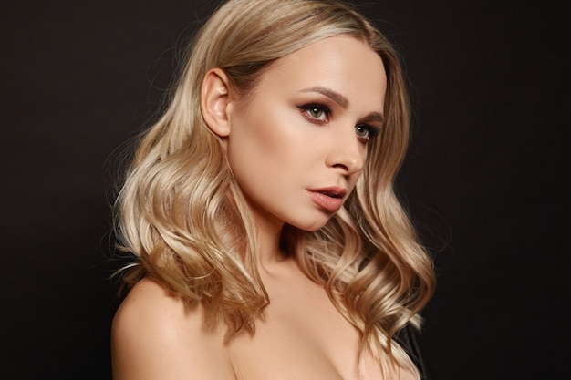 Modny portret z bliska pięknej nagiej modelki z nagim makijażem i perfekcyjnie gładką glo...
