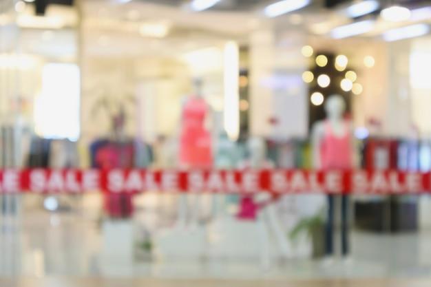 Modny sklep z odzieżą butikową w centrum handlowym rozmycie rozmyte tło