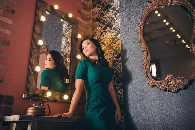 Modny stylowy portret kobiety azji. model patrzy w lustro. dziewczyna w refleksji. praca, modelowanie