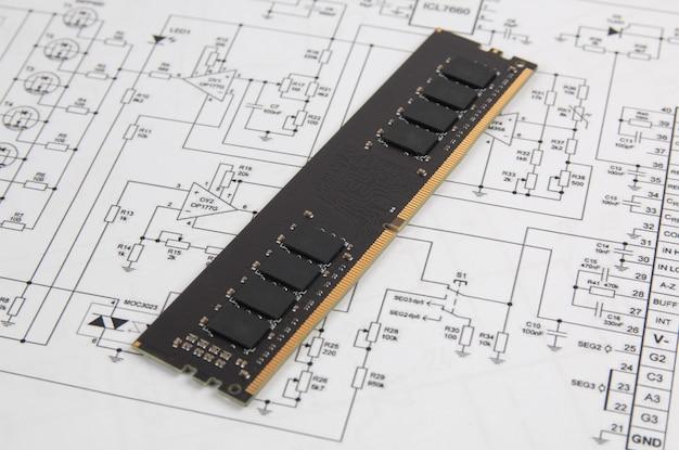 Moduł pamięci dimm typu ddr4 na papierowych rysunkach elektroniki