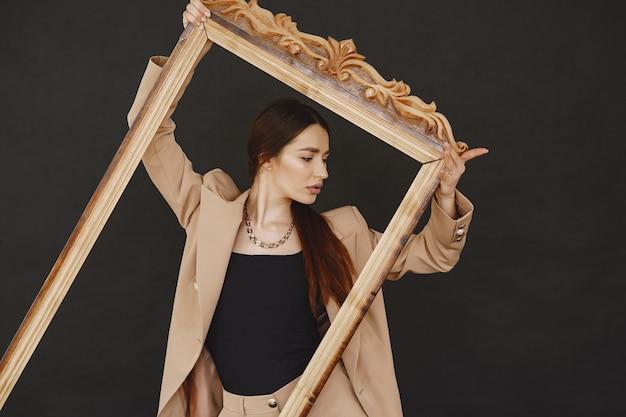 Mody dziewczyna pozuje w fotografii studiu