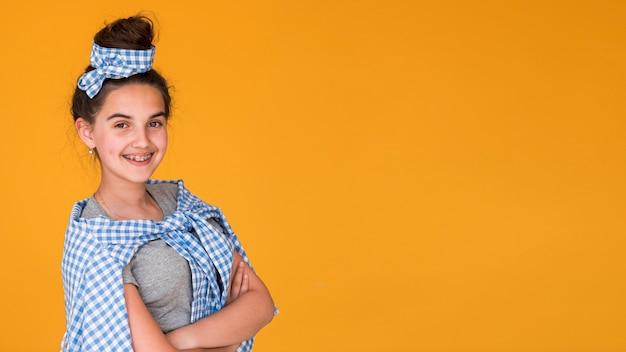 Mody dziewczyna pozuje z kopii przestrzenią