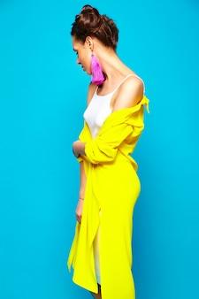 Mody kobieta w przypadkowych letnich ubraniach
