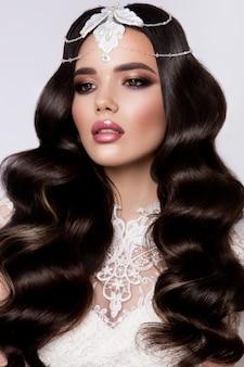 Mody piękna modela dziewczyna z kędzierzawym włosy