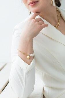 Mody strzelać młoda brunetka kobieta z elegancką fryzurą w białym garniturze w pomieszczeniu. ludzie biznesu i koncepcja modnego stylu. zbliżenie.