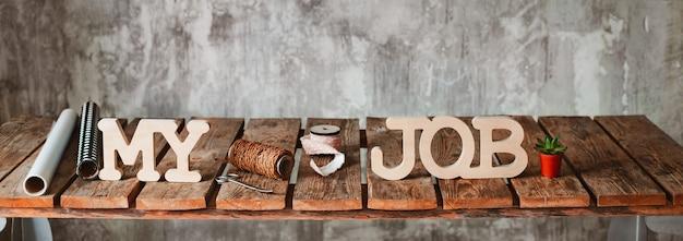 Moje słowa pracy na drewnianym stole z narzędziami