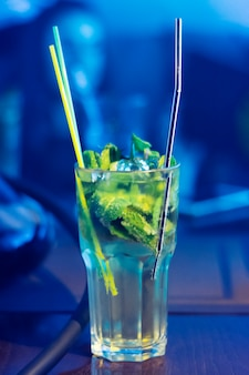 Mojito w szklanym zbliżeniu.