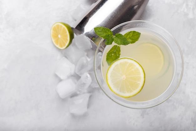 Mojito z limonką i miętą