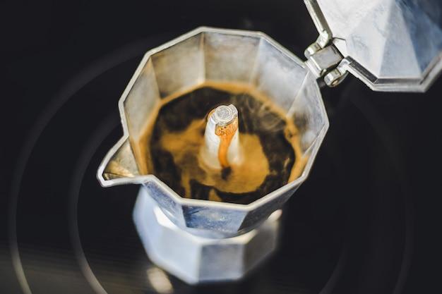 Moka gotowanie kawy w garnku na kuchence