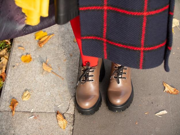 Mokasyny, jesienny płaszcz, jesienne ubrania na spacery po parku jesienią