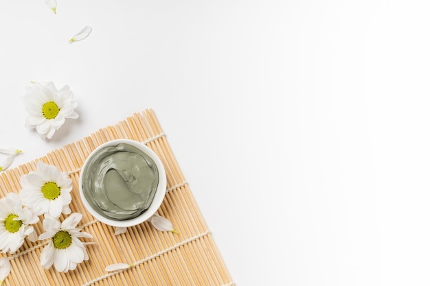 Mokra niebieska glinka kosmetyczna do pielęgnacji twarzy na macie bambusowej