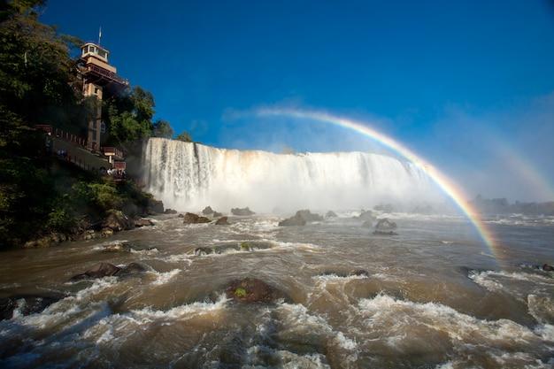 Mokra soczewka - rainbow w iguazu spada do parku narodowego