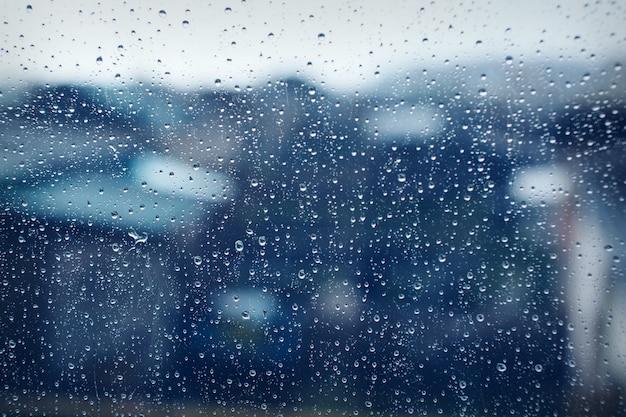 Mokra szklana tekstura jako tło: krople na okno. deszczowy dzień