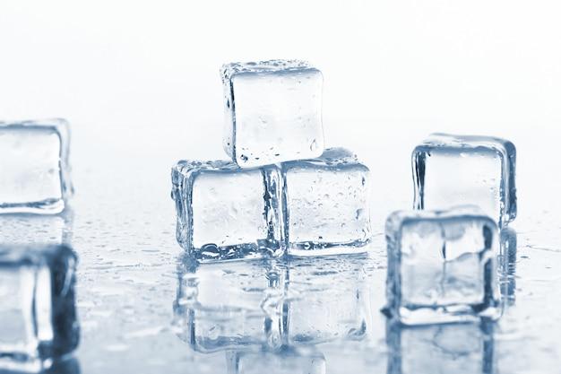 Mokre i zimne kostki lodu