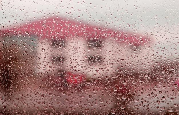 Mokre szkło z kroplami deszczu