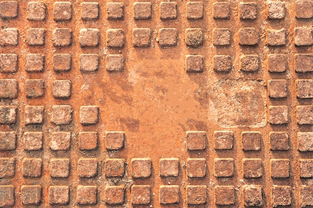 Mokry zardzewiały właz kanalizacyjny