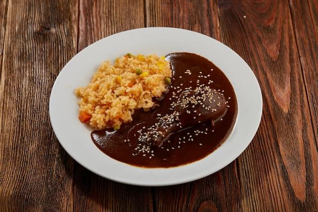 Mole con pollo y arroz rojo con verduras comida tipica mexican