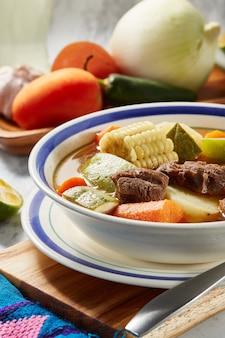 Mole de olla o caldo de res con verduras comida mexicana