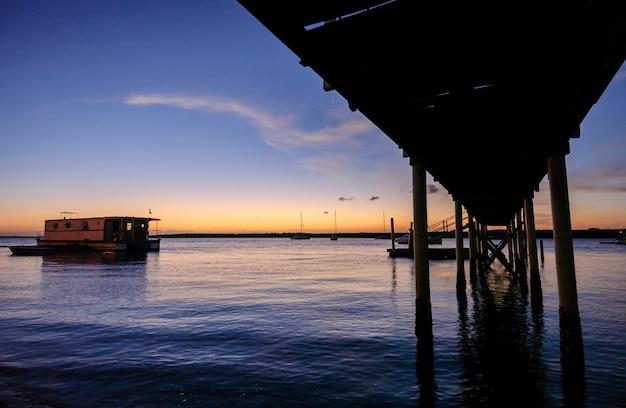 Molo o zachodzie słońca na plaży jacare cabedelo niedaleko joao pessoa paraiba brazylia 3 kwietnia 2004 r.