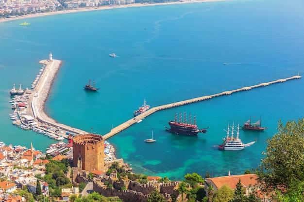Molo w alanyi i latarnia morska, widok z zamku, turcja.