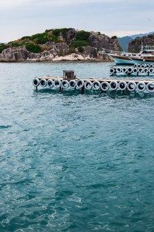 Molo w błękitnym morzu
