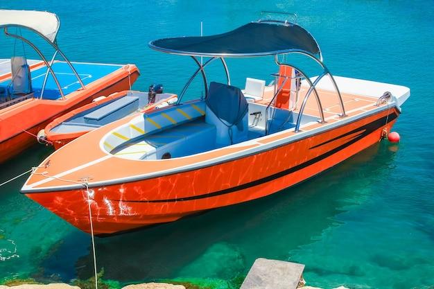 Molo z łódkami i jachtami o charakterze nadmorskiego brzegu