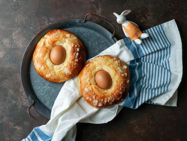 Mona de pasqua, typowe hiszpańskie ciasto z jajkiem na wielkanoc