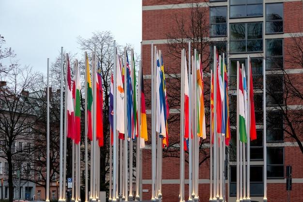 Monachium / niemcy - styczeń 2020: flagi narodowe różnych państw na masztach w pobliżu europejskiego urzędu patentowego w monachium