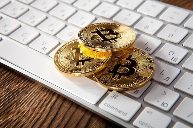 Moneta bitcoin kryptowaluta na klawiaturze