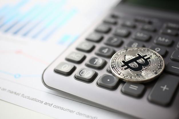 Moneta bitcoin kryptowaluty leży na klawiaturze