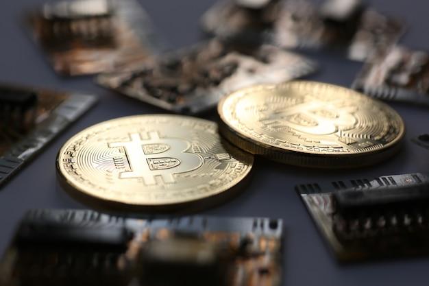 Moneta bitcoin kryptowaluty na tle zmieniającego się wykresu piramidy wymiany złota na pieniądze w związku ze wzrostem lub spadkiem kursu walutowego.