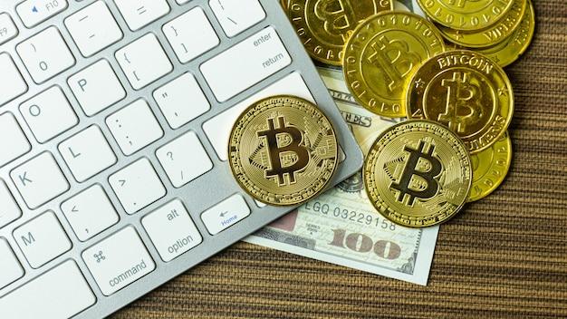 Moneta bitcoin na srebrnej klawiaturze do zawartości kryptowaluty.