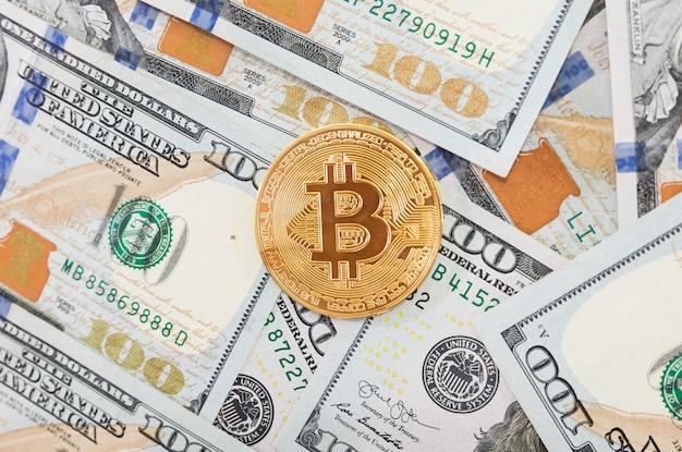 Moneta bitcoin na tle dolarów