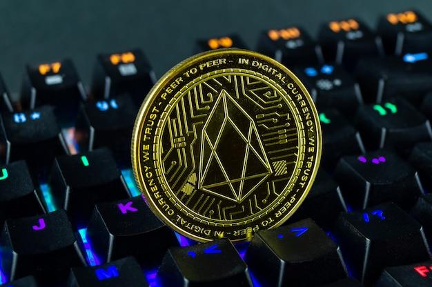 Moneta eos kryptowaluty zbliżenie klawiatury kodowanej kolorem