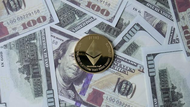 Moneta ethereum i banknot 100 dolarów w widoku z góry dla treści biznesowych