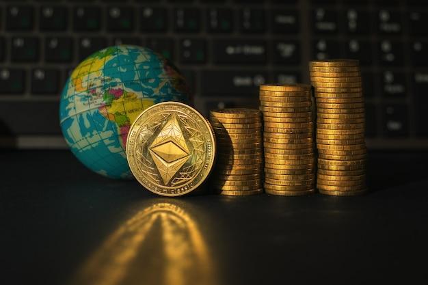 Moneta ethereum na tle stosów monet i wykresu finansowego.