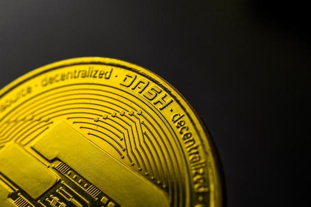 Moneta golden dash na czarnym tle, fotografia makro i koncepcja biznesowo-finansowa, skopiuj zdjęcie przestrzeni