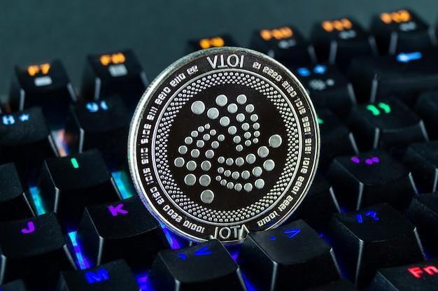 Moneta kryptowaluta iota zbliżenie kolorowej klawiatury