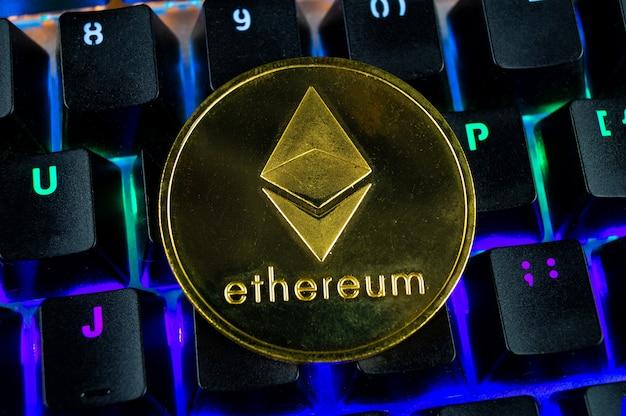 Moneta kryptowaluty ethereum zbliżenie kolorowej klawiatury