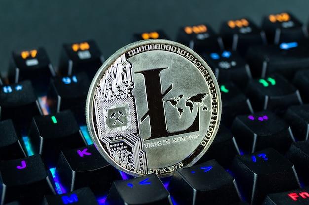 Moneta kryptowaluty litecoin zbliżenie klawiatury kodowanej kolorem