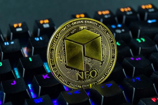 Moneta kryptowaluty neo zbliżenie kolorowej klawiatury