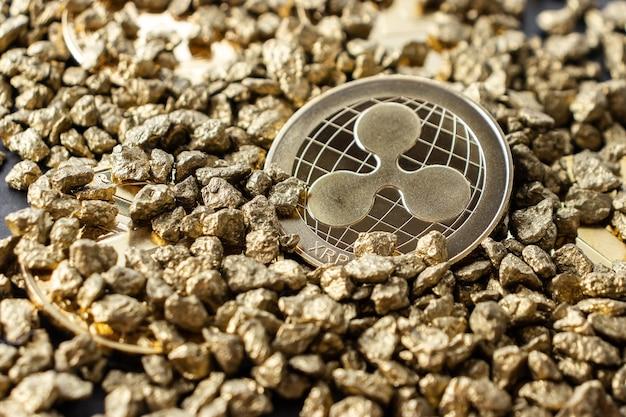 Moneta kryptowaluty xrp w zbliżeniu w kupie kamyków za złoto