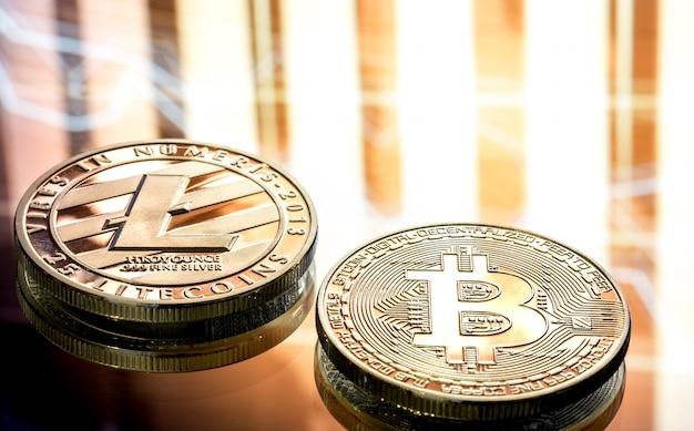 Moneta litecoin i bitcoin zbliżenie na pięknym tle, koncepcja cyfrowej kryptowaluty i system płatności