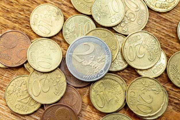 Moneta mosiądzu stary ośniedziały stos, paczka, rozsypisko, sterta na drewnianym tła zakończeniu up. gospodarka, koncepcja finansów