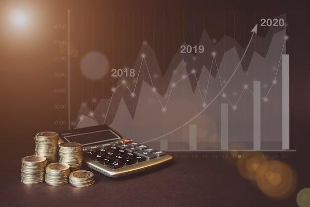 Moneta na każdej linii rośnie, kalkulator, wirtualny hologram statystyk, wykres i wykres ze strzałką w górę na ciemnym tle. ekonomia tła trendów dla pomysłów biznesowych i wszystkich projektów graficznych